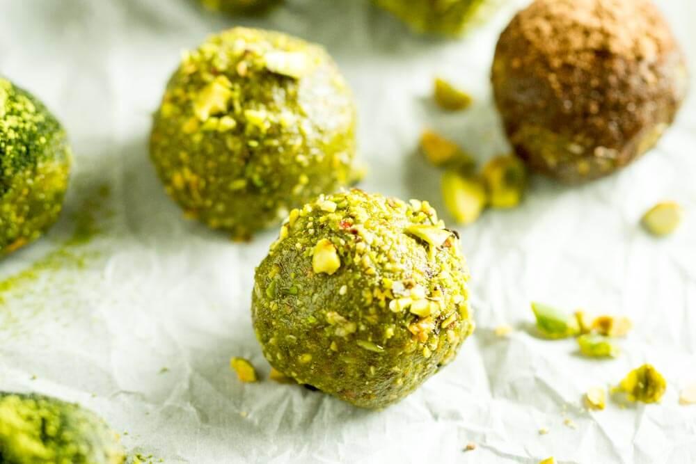 No Bake Matcha Energy Balls (gluten free, paleo, vegan) -- www.savorylotus.com