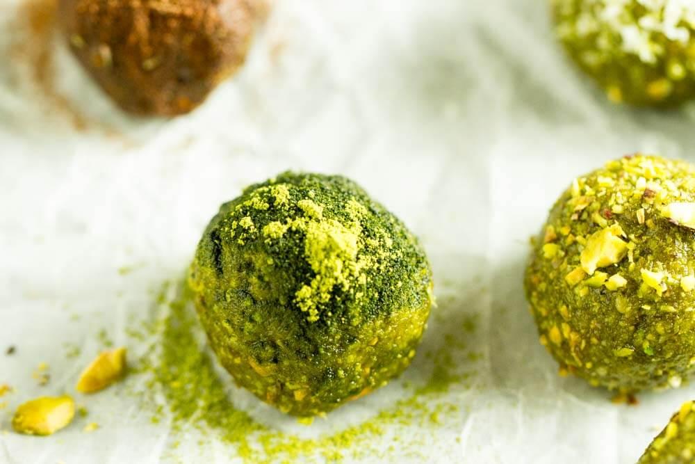 No Bake Matcha Energy Balls (gluten free, paleo, vegan) --- www.savorylotus.com