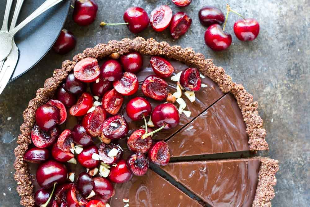No Bake Chocolate Tart with Fresh Cherries (gluten free, paleo, vegan) \ www.savorylotus.com