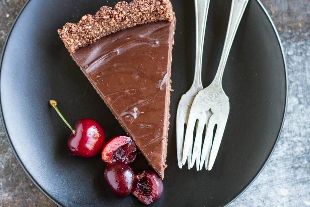 No Bake Chocolate Tart with Fresh Cherries (gluten free, paleo, vegan) ---- www.savorylotus.com