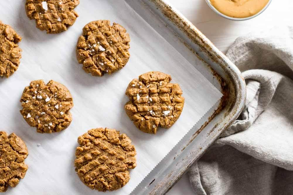 4 Ingredient Flourless peanut Butter Cookies (gluten free) \ www.savorylotus.com
