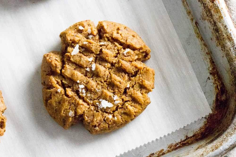 4 Ingredient Flourless peanut Butter Cookies (gluten free) \\ www.savorylotus.com
