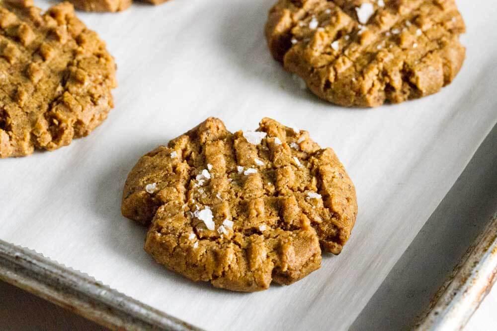4 Ingredient Flourless peanut Butter Cookies (gluten free) -- www.savorylotus.com
