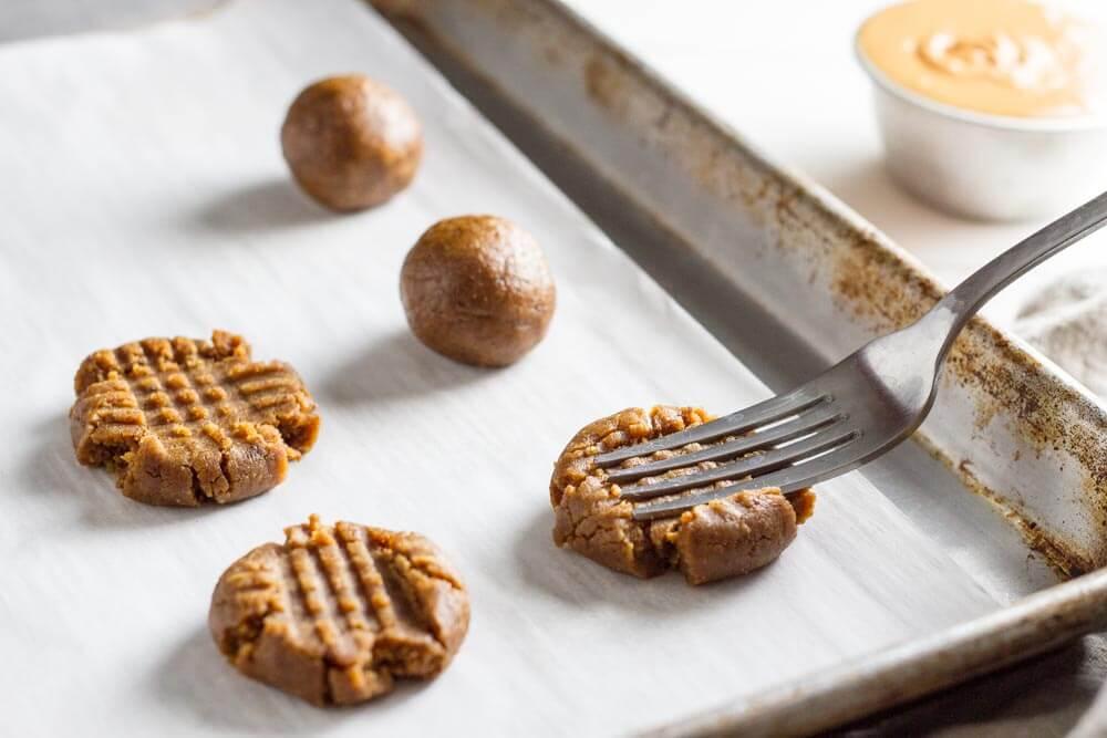 4 Ingredient Flourless peanut Butter Cookies (gluten free) \\\\ www.savorylotus.com
