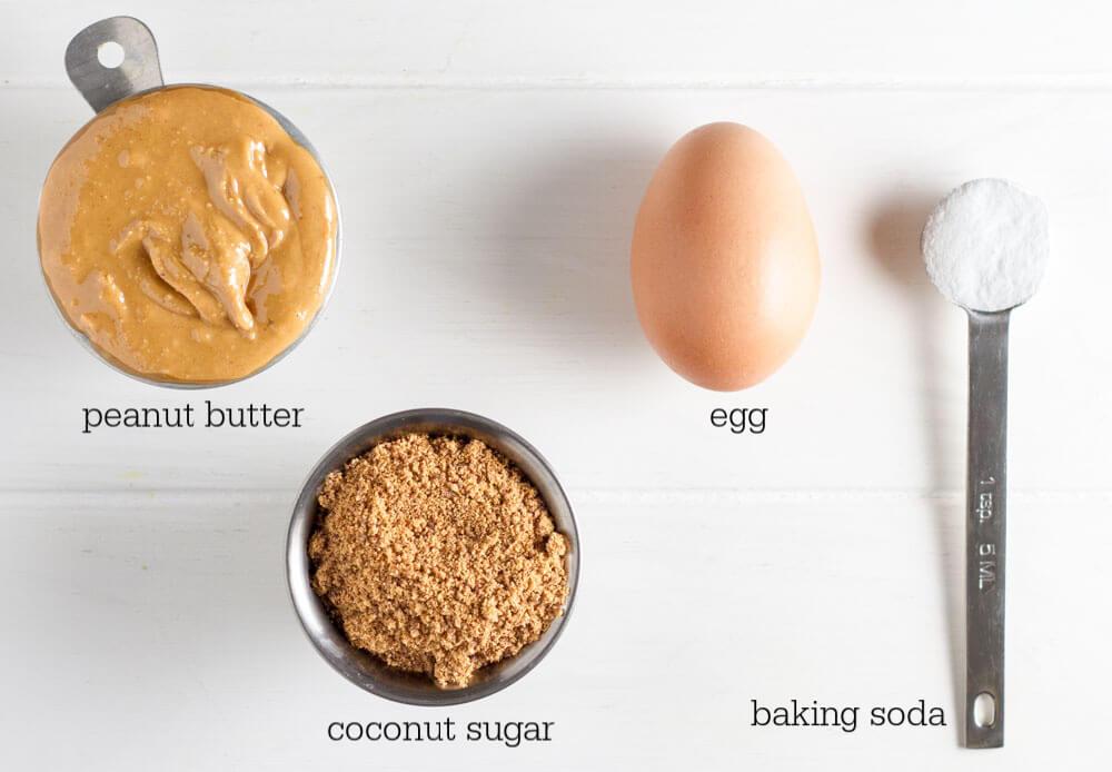 4 Ingredient Flourless peanut Butter Cookies (gluten free) \\\ www.savorylotus.com
