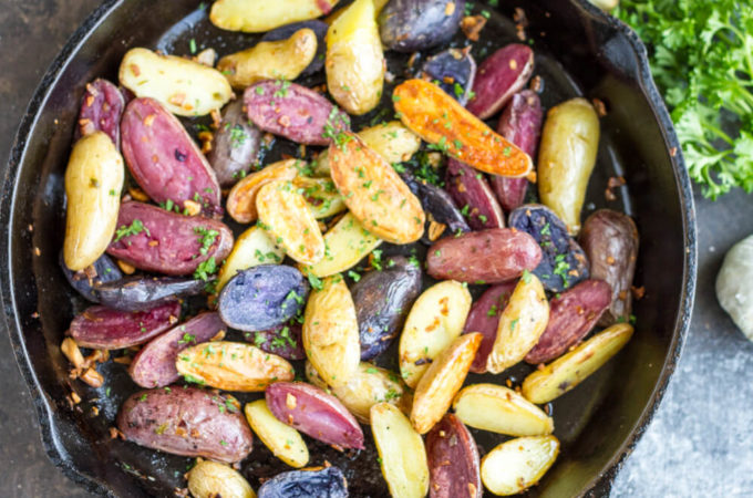 Garlic Roasted Potatoes (gluten free, Whole30) | www.savorylotus.com